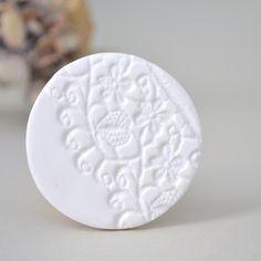 fimo weiß brosche polymer mit Spitze motiv