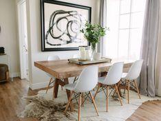 Kuhfell Teppich Unter Massivholz Esstisch Weiße Stühle Skandinavisch Modern
