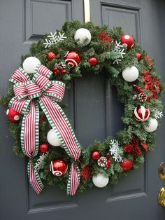 Looking for beautiful Christmas wreaths? Here, we have a good collection of some of the most beautiful Christmas wreaths ideas. Get inspiration from these Christmas wreath decoration ideas. Christmas Reef, Christmas Branches, Christmas Door Wreaths, Christmas Door Decorations, Holiday Wreaths, Christmas Bedroom, Christmas Swags, Christmas Vacation, Christmas Christmas