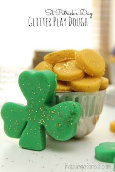 Homemade St Patricks Day playdough: a glittery activity fit for a Leprechaun party. I love that it's made from items in the pantry! St Patrick's Day Crafts, Holiday Crafts, Crafts For Kids, March Crafts, Preschool Projects, Preschool Class, Kindergarten, Saint Patricks Day Art, St Patricks Day Food