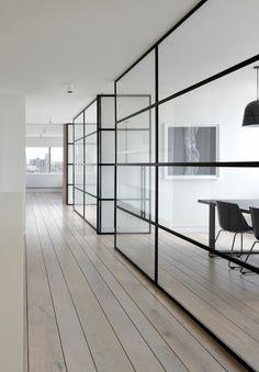 #cloison #window Un couloir laissant filer la lumière grâce à un cloisonnement des pièces par des cloisons en verres aux armatures en métal qui apportent une touche design et moderne