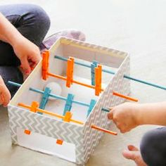 Fabriquez un mini baby foot en carton pour vos enfants ! C'est très simple et pourtant, cela les amusera pendant des heures avec Berceau Magique. Fun Crafts, Arts And Crafts, Baby Foot, Fun Games, Triangle, Diys, Montessori, Rustic, Party