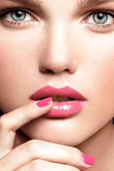 Neueste Studien bestätigen, was wir schon immer wussten: An verlockend schimmernden Lippen bleiben Männerblicke besonders lange hängen. Unser Guide zeigt, wie Sie Ihren Mund mit neuen Produkten oder Treatments optimal zur Geltung bringen.