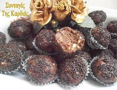 Τρουφάκια Ferrero Rocher | ΣΥΝΤΑΓΕΣ ΤΗΣ ΚΑΡΔΙΑΣ | Bloglovin' Greek Desserts, Party Desserts, Mini Desserts, Greek Recipes, Dessert Recipes, Dessert Ideas, Xmas Food, Christmas Sweets, Christmas Baking
