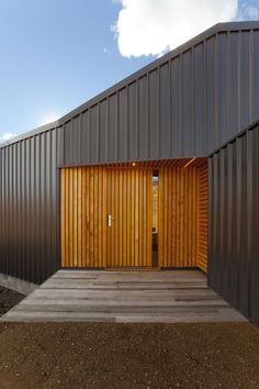 Valley House / Philip M Dingemanse - Change of materials to mark the entrance.