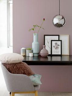 Een stoel bij een tafel met kussen en vazen | a lounge chair at a table with vases and pillows | Bloomingville