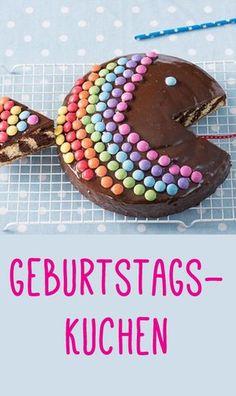 Dieser Kuchen als Regenbogenfisch bringt nicht nur Kinderaugen zum Leuchten! Was für eine süße Idee! Rezept auf: www.gofeminin.de/kochen-backen/kindergeburtstag-rezepte-d60062c670672.html #rezepte #backen #torte #kuchen #smarties #kinder