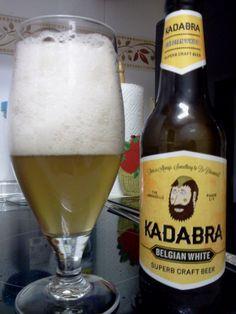 Cerveza KADABRA Belgian White. Elaborada en Villadangos del Páramo, Leon. La cerveza artesana Kadabra Belgian White es una cerveza rubia, de trigo, afrutada y con un final ligeramente amargo. Destaca su color rubio turbio, pajizo, con una espuma blanca y persistente. Cuando la pruebes notarás un sabor a pan y toques cítricos. Es fresca y suave. http://www.kadabra.es/pr3/belgian-white