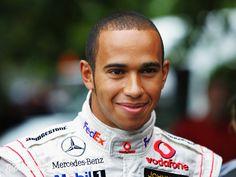 Hamilton lidera último treino em MonzaA liderança no terceiro treino livre veio mais uma vez, mas Lewis Hamilton agora olhou para o retrovisor e viu a Ferrari de Sebastian Vettel mais perto. No último treino livre em Monza, o britânico cravou o tempo de 1min24s544, mais lento do que o marcado por ele ontem, o que significa dizer que a sua marca poderá ser muito melhor na classificação de logo mais.  A surpresa ficou mesmo por parte de Vettel. Ontem, o alemão era mais