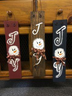 beaux sapins en bois recyclé, bouton et étoile Christmas Wood Crafts, Christmas Signs Wood, Snowman Crafts, Primitive Christmas, Christmas Snowman, Rustic Christmas, Christmas Projects, Holiday Crafts, Christmas Ornaments