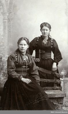 Atelierfoto av Anne og Bergit Eika (Nistugu) – Midt-Telemark Museum | Beltestakk Folk Costume, Costumes, Norse Pagan, Everyday Dresses, Vintage Photography, Traditional Dresses, Folklore, 2 In, Vintage Photos