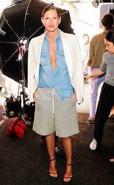 Street style look com bermuda, camisa jeans e sandália.