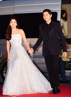Stars of Descendants of the Sun and our favorite couple, Song Joong-Ki and Song Hye-Kyo greeted fans as they graced the red carpet at the annual Baek Sang Arts Awards. Song Hye-Kyo was accompanied … Song Joong Ki, Korean Actresses, Korean Actors, Songsong Couple, Kim Kardashian And Kanye, Arts Award, Kpop, Descendants, My Idol
