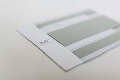 envelope em pvc transparente e destaque para o logotipo no convite com as iniciais do cliente