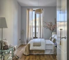 Szép kétszobás lakás modern nőiességgel - nappali és konyha között ötletes tolóajtóval