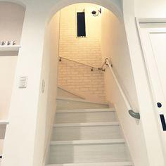 Michiyoさんの、壁/天井,階段,北欧,モノトーン,ホワイトインテリア,新築,レンガ壁紙,リビング階段,白が好き♡,おしゃれで可愛く,アール壁,いつもいいね♡コメありがとうございます♡,オーデリックの照明,のお部屋写真