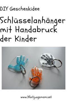Eine DIY Anleitung mit Schrumpffolie:  Ein Schlüsselanhänger mit dem Handabdruck des Kindes.