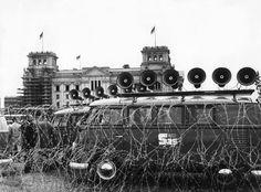 """Lärmattacke: """"Studio am Stacheldraht"""" nannte sich die mobile Propagandaeinheit, die West-Berlins Senat kurz nach dem Mauerbau am 13. August 1961 zusammenstellte. Die Lautsprecherwagen richteten sich mit ihren Nachrichten und moralischen Aufrufen direkt an Grenzschützer der DDR. Primäres Ziel war es, die Soldaten durch Appelle an ihr Gewissen davon abzubringen, auf Flüchtende zu schießen. Es entwickelte sich ein Dröhn-Duell zwischen Ost und West. (Foto: ullstein bild - Dieter Otto)"""