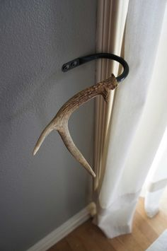 Curtain Tieback Deer Antler Tie Back Holdback Cabin Decor Primitive Natural Rustic Woodland. Great use of the antlers we have laying around the house Deer Decor, Rustic Decor, Deer Horns Decor, Rustic Style, Vintage Decor, Deer Antlers, Deer Antler Crafts, Antler Art, Curtain Tie Backs