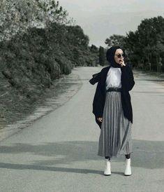 vind-ik-leuks, 823 reacties - Asli Afsaroglu (Asli Afsaroglu) op Ins . Casual Hijab Outfit, Hijab Chic, Hijab Dress, Ootd Hijab, Muslim Fashion, Modest Fashion, Fashion Outfits, Women's Fashion, Modest Dresses