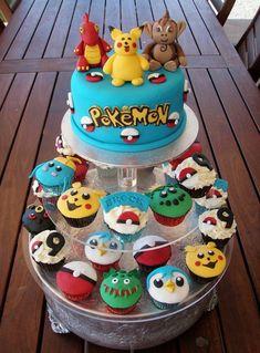 ausgefallene kleine pokemon kuchen mit verschiedenen pokemon wesen und eine blaue pokemon torte mit einem gelben pikachu, drachen pokemon und gelben überschriften