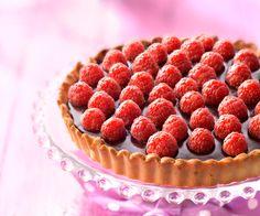 Pour bien finir le repas, nous vous proposons cette recette de tarte au chocolat et aux framboises, accompagnée d'une astuce du chef Cyril Lignac.