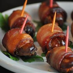 Bacon and Date Appetizer Preheat the broiler. Wrap dates with bacon, using toothpicks to hold them together. Broil 10 minutes, or until bacon is evenly brown and crisp. Quick Appetizers, Appetizers For Party, Appetizer Recipes, Party Nibbles, Delicious Appetizers, Party Snacks, Bacon Dates, Bacon Wrapped Dates, Paleo Recipes