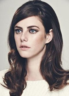 Kaya Scodelario hair style I love Kaya Scodelario, 1960s Makeup, Retro Makeup, Cabelo Inspo, 70s Hair And Makeup, 1970s Hairstyles, Beauty Makeup, Hair Beauty, Retro Mode