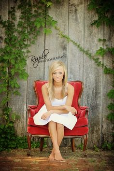 New photography props chairs senior pictures 21 Ideas Senior Portraits Girl, Senior Photos Girls, Senior Girl Poses, Portrait Poses, Senior Girls, Formal Senior Pictures, Vintage Senior Pictures, Creative Senior Pictures, School Portraits