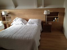 Tête de lit chêne aspect bois brut avec niches et étagères intégrées