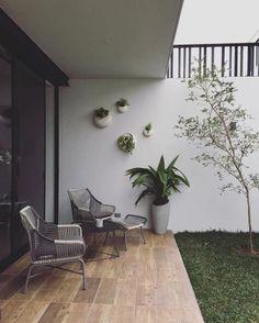 Trendy Small Balcony Patio Decorating Ideas with Tips - Cozy Home 101 Small Patio Design, Backyard Patio Designs, Balcony Design, Small Lounge, Design Jardin, Small Outdoor Spaces, Small Backyard Gardens, Interior Garden, Interior Design