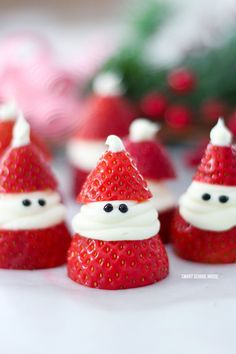 christmas snacks Strawberry Santas for Christmas! ADORABLE Christmas treat idea recipe that is delicious, so easy to make, and great for a Christmas party. Christmas Food Ideas For Dinner, Christmas Party Games For Adults, Christmas Food Treats, Christmas Brunch, Christmas Breakfast, Christmas Appetizers, Christmas Sweets, Holiday Treats, Holiday Recipes