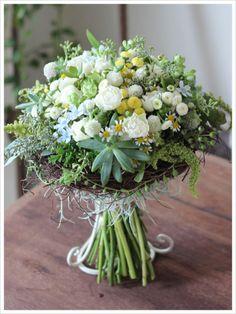 マトリカリア等様々な小花を束ねたナチュラルなクラッチブーケ。多肉植物やリースを使って個性的に。リースで囲んだブーケはクランツブーケとも呼ばれます。[ 軽井沢の石の教会 ] wedding,bouquet,clutch,kranz,natural,succulent plants,matricaria