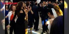 Azra Akın'dan 9/8'lik Roman oyunu: Model ve oyuncu Azra Akın, dört yıldır birlikte olduğu erkek arkadaşı Atakan Koru'nun memleketi Edirne'nin İpsala İlçesi'nde katıldığı bir düğünde Roman havası eşliğinde göbek attı. 2002 yılında dünya güzeli seçilen Azra Akın, erkek arkadaşı Atakan Koru'nun İpsala İlçesi'ndeki aile dostları Zeynep ve Yılmaz Uyanık çiftinin düğün törerine katıldı. Fuar alanındaki düğünde Azra Akın'ı, Atakan Koru'nun #annesi Seniye ve babası Ahmet Koru da yalnız bırakmadı…