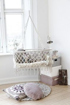 hanging beds and baskets for baby room decor Suspended baby cradles are modern baby room furniture designs inspired by traditional cradles Hanging Bassinet, Hanging Crib, Hanging Cradle, Diy Hanging, Hanging Storage, Deco Kids, White Nursery, Boho Nursery, Nursery Decor