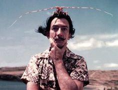 Dalí Salvador Dalí, artista español fallecido el 23 de enero de 1989, se ha convertido en un referente mundial de la pintura surrealista, si bien su desbordante y paranoica imaginación nunca se limitó al lienzo, sino que envolvió su vida de principio a fin. Son muchas las excentricidades que Dalí protagonizó en su empeño por salirse de lo preestablecido y dejar fluir el subconsciente, empezando por su peculiar bigote velazqueño.