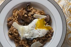 farro risotto with roast mushrooms from healthy-delicious.com Bacon Stuffed Mushrooms, Roasted Mushrooms, Meat Recipes, Whole Food Recipes, Healthy Recipes, Risotto, Gnocchi Recipes, Easy Weeknight Meals, Healthy Eating