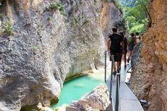 La Sierra de Guara dans l'Aragon en Espagne est particulièrement réputé pour y faire du canyoning, pourtant c'est en mode rando à la cool avec enfants en bas-âges que je vous propose de découvrir le charme du Rio Vero. Aragon, Sainte Marie, Les Cascades, Destinations, Sierra, Rio, Waterfall, Places To Visit, Hiking