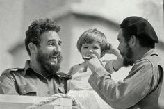 Fidel Castro con el Che y su hija Adelaida, la mayor de los cuatro hijos del Che, tras el triunfo de la revolución. Adelaida Guevara tenía solo 7 años cuando su padre fue asesinado en Bolivia a manos del ejército boliviano por iniciativa de la CIA. Autor fotografía: pendiente de identificación. Tomada de mirror.co.uk