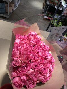 Rosebukett 40 roser!! Pakket inn og laget med spiral teknikk! Snittet på skrått og tok papir rund stilkene med vann i pose