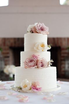 blossom-y goodness. Elegant wedding cake with fresh flowers