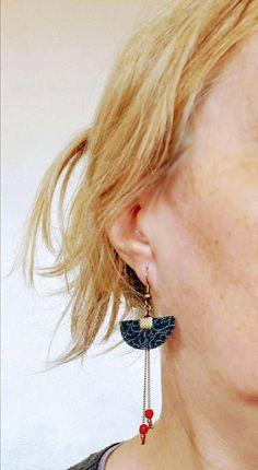 Boucles d'oreilles demi-lune Japon, bleu marine, fleur, perles rouges, tissu japonais, fine chaîne, bohème, ethnique, fait main, Asie Amethyst Armband, Amethyst Bracelet, Fabric Jewelry, Boho Jewelry, Jewelry Design, Jewellery, Navy Earrings, Leather Earrings, Chanel Fine Jewelry