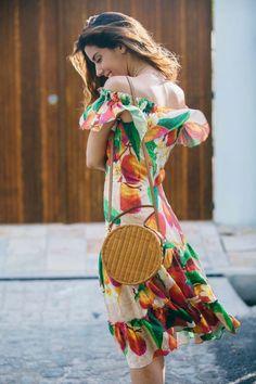 Look do dia Camila Coutinho: Vestido ombro a ombro estampado e super colorido, e uma bolsa redonda de palha