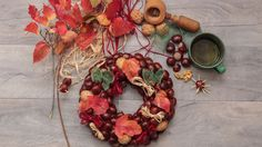 Corona navideña con castañas y nueces Christmas Wreaths, Xmas, Flyer Design Inspiration, Birds In Flight, Garland, Floral Wreath, Diy, Stock Photos, Ornaments