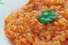 Il risotto al pomodoro e scamorza filante è un primo piatto semplice ma particolare e sfizioso al tempo stesso. Ecco la ricetta
