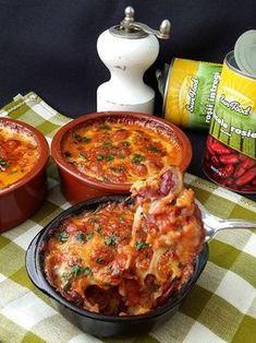 Fasole rosie cu cascaval la cuptor Romanian Food, Tasty, Yummy Food, Chorizo, Cheeseburger Chowder, Beans, Food And Drink, Veggies, Healthy Recipes