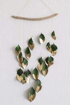 Christmas DIY decor idea Ditch the tinsel and add some natural shine to your holiday decor with this minimalist gold-leaf wall hanging. Ditch the tinsel and add some natural shine to your holiday decor with this minimalist gold-leaf wall hanging. Diy Wand, Mur Diy, Deco Nature, Nature Decor, Navidad Diy, Ideias Diy, Deco Floral, Diy Weihnachten, Holiday Wreaths