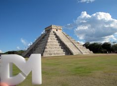 Pirámide de Kukulcán en Tinum, Yucatán: Fué construido en el siglo XII d.c., por los mayasitzáes en la antigua ciudad de Chichén Itzá, fundada originalmente por ese mismo pueblo maya en el siglo VI d.c en el territorio perteneciente al estado mexicano de Yucatán. Su diseño tiene una forma geométrica piramidal, cuenta con nueve niveles o basamentos, cuatro fachadas principales cada una con una escalinata central, y una plataforma superior rematada por un templete.