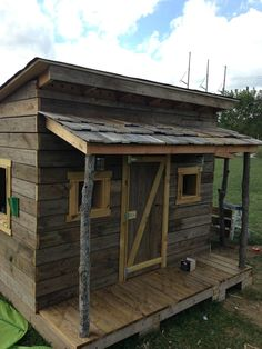 Clubhouse built from reclained decking pallets old hunting blind and tree bran Pallet Playhouse, Pallet Shed, Pallet House, Wood Shed, Pallet Barn, Pallet Benches, Pallet Tables, Outdoor Pallet, Pallet Tree Houses