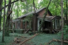 Beautiful Abandoned Buildings--North Brother Island (New York, The United States) The now abandoned island is located between Manhattan and LaGuardia Airport. Abandoned Buildings, Abandoned Mansions, Old Buildings, Abandoned Places, Photo Post Mortem, Places Around The World, Around The Worlds, New York, Haunted Places